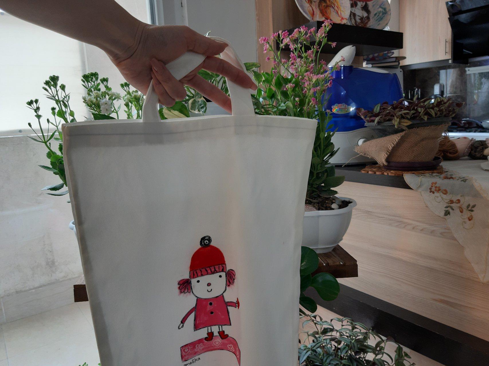 کیف پارچه ای نقاشی شده طرح عروسکی
